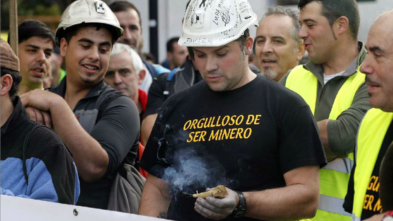 El alcalde de Oviedo, Wenceslao López, y el consejero de Educación, Genaro Alonso, ambos en el centro presentan los proyectos de los institutos de La Florida y La Corredoria.Un minero enciende un petardo en la marcha