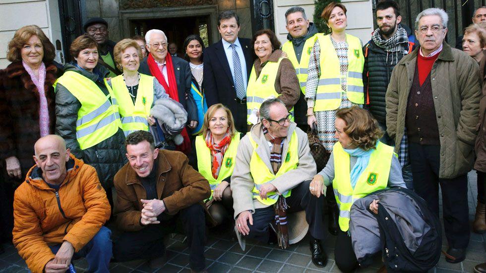 El padre Ángel y Javier Fernández, rodeados de integrantes de Mensajeros por la Paz, en Madrid.El padre Ángel y Javier Fernández, rodeados de integrantes de Mensajeros por la Paz, en Madrid