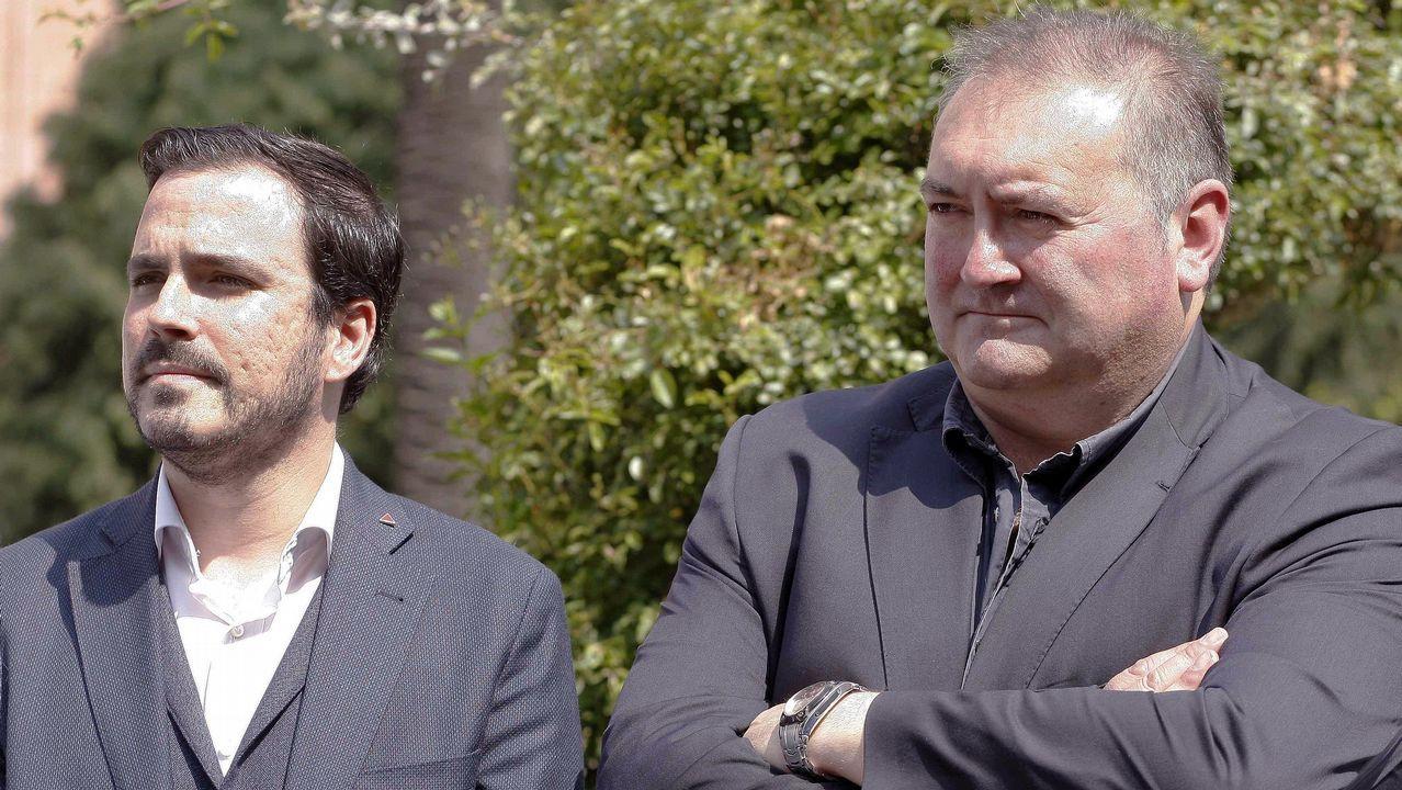 El coordinador federal de IU, Alberto Garzón (i), y el coordinador de IU de Asturias, Ramón Argüelles (i) durante la inauguración de los Jardines de los Abogados de Atocha, en Gijón