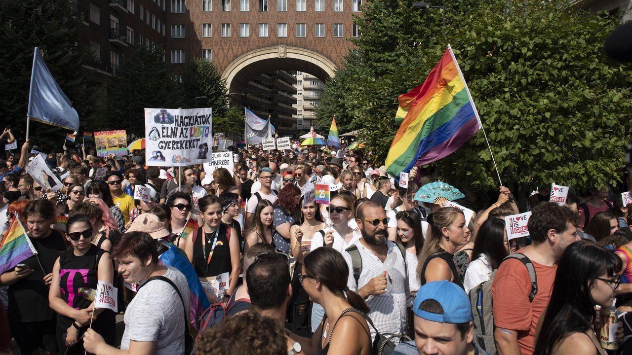 Máis de dez mil húngaros en Budapest. O desfile do Orgullo Gay contou con máis de dez mil persoas que quixeron apoiar ao colectivo e manifestar o seu rexeitamento á nova lei.