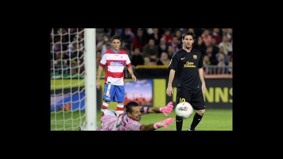 Roberto Fernández realiza una gran intervención para evitar un gol del FC Barcelona en presencia de Lionel Messi