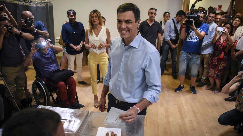 El candidato del PSOE, Pedro Sánchez, en el momento de votar