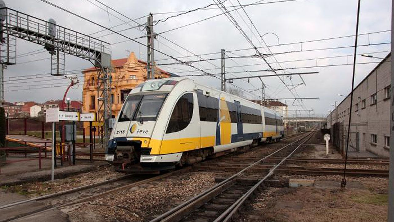Un tren de vía estrecha en el cruce de El Berrón