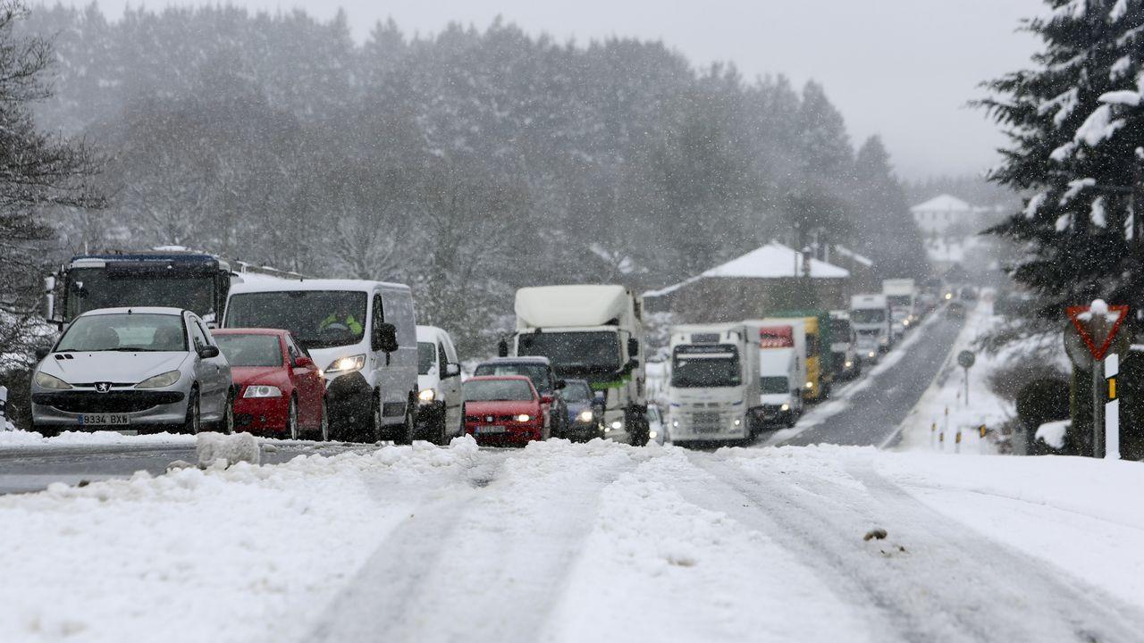 La nieve dificultó el tráfico en la A-6 y acumula 30 centímetros en la montaña.Autovía del cantábrico