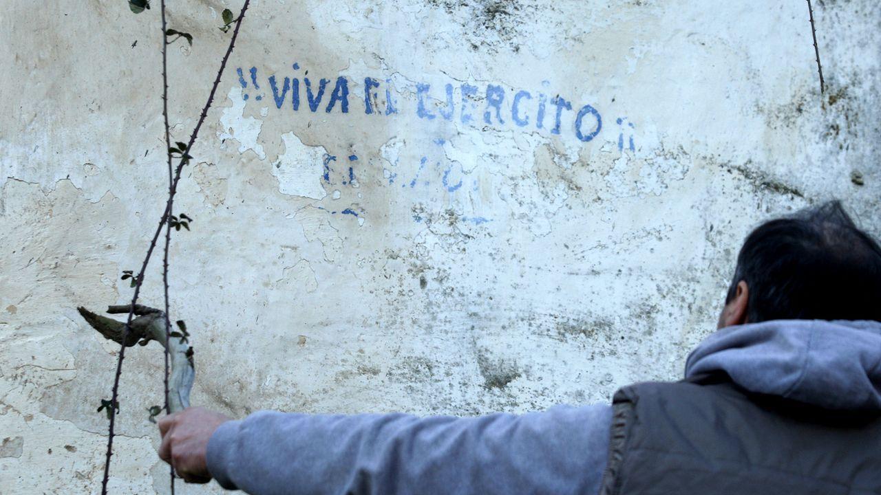 As fotos da arquitectura en pedra de San Mamede.La pintada, borrada en parte por el paso del tiempo, puede verse en una casa abandonada de la parroquia de Esperante