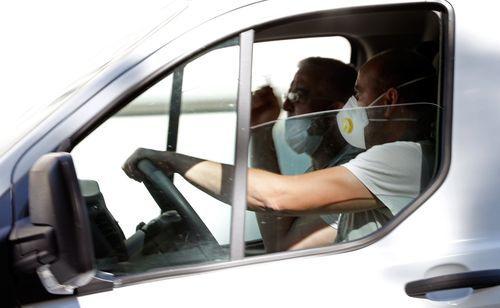 Los expertos piden mantener la protección con mascarillas, y ahora además serán obligatorias en los transportes