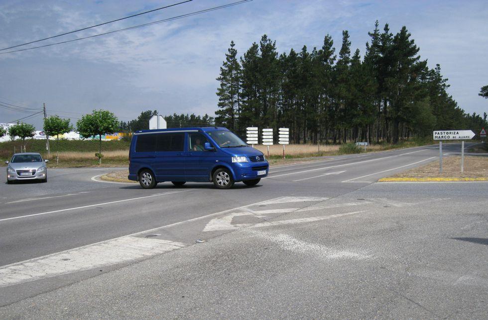 Dos turismos, circulando ayer en el cruce igual que el coche del conductor fallecido el martes.