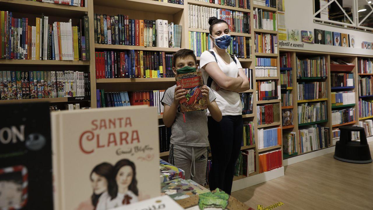 Bryan, junto a su madre, Teresa, agarra su edición de  Geronimo Stilton