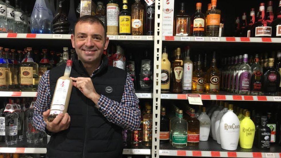 Juan Paredes, representante de los destilados de Adegas Moure en Estados Unidos, con una botella de la crema de licor