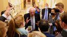 El senador Bernie Sanders atiende a la prensa en el Capitolio.
