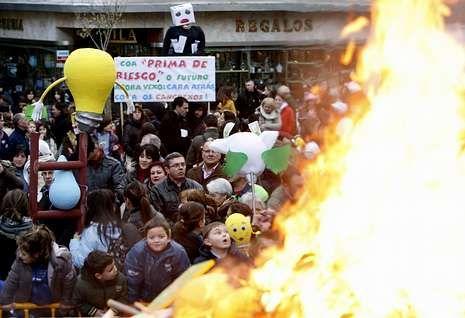 Boa parte das figuras presentadas ao concurso foron queimadas na praza ao remate da festa
