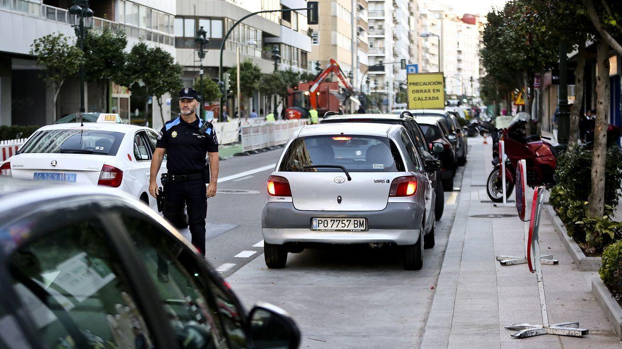 Policía local eb los colegios del centro de Vigo para evitar atascos en la vuelta al cole