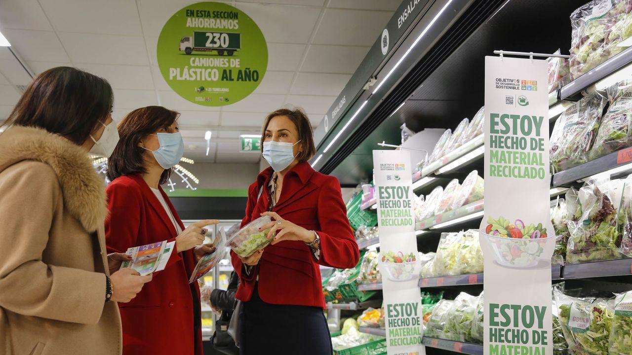 La conselleira de Medio Ambiente, Territorio e Vivenda,Ángeles Vázquez,visita el supermercado Mercadona para conocer la estrategia de reciclaje que está implantando la empresa en algunos de sus centros en Galicia.