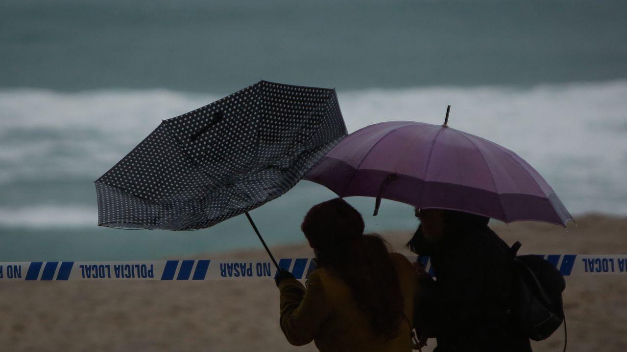 El temporal es un espectáculo más en la playa coruñesa de Riazor