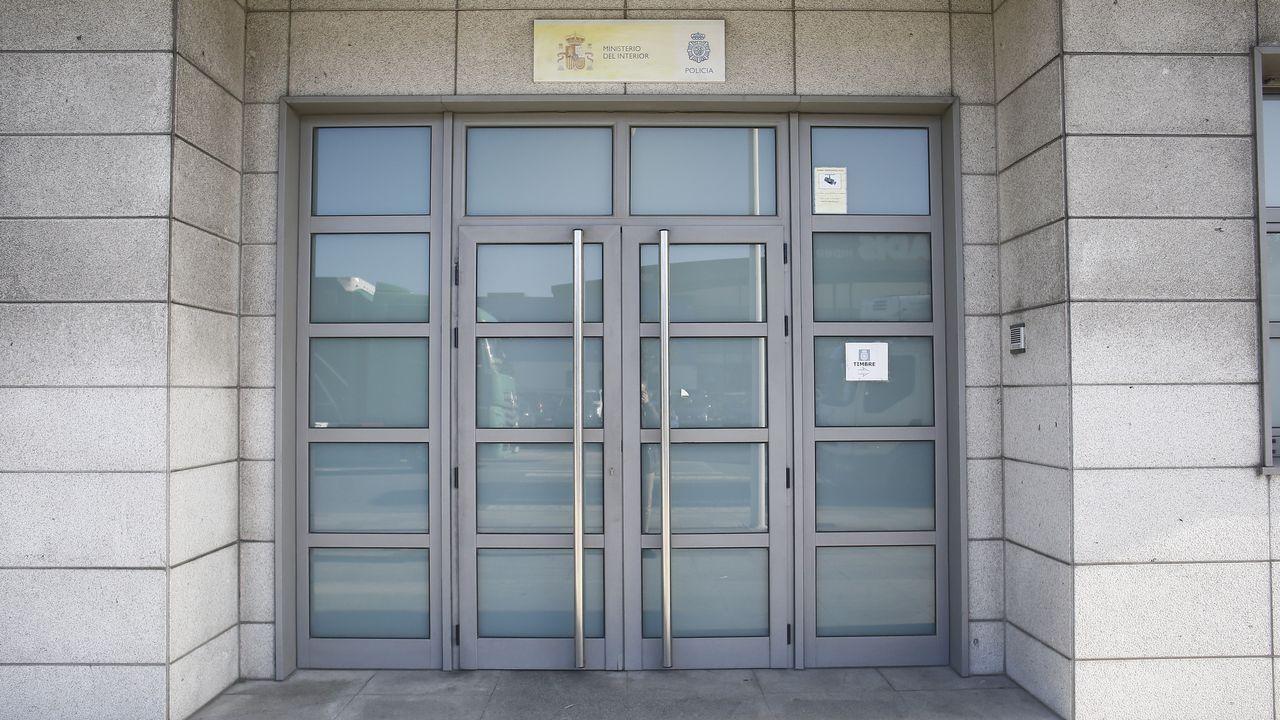 La puerta de la Comisaría de Policía Nacional de Viveiro ya ha sido reparada