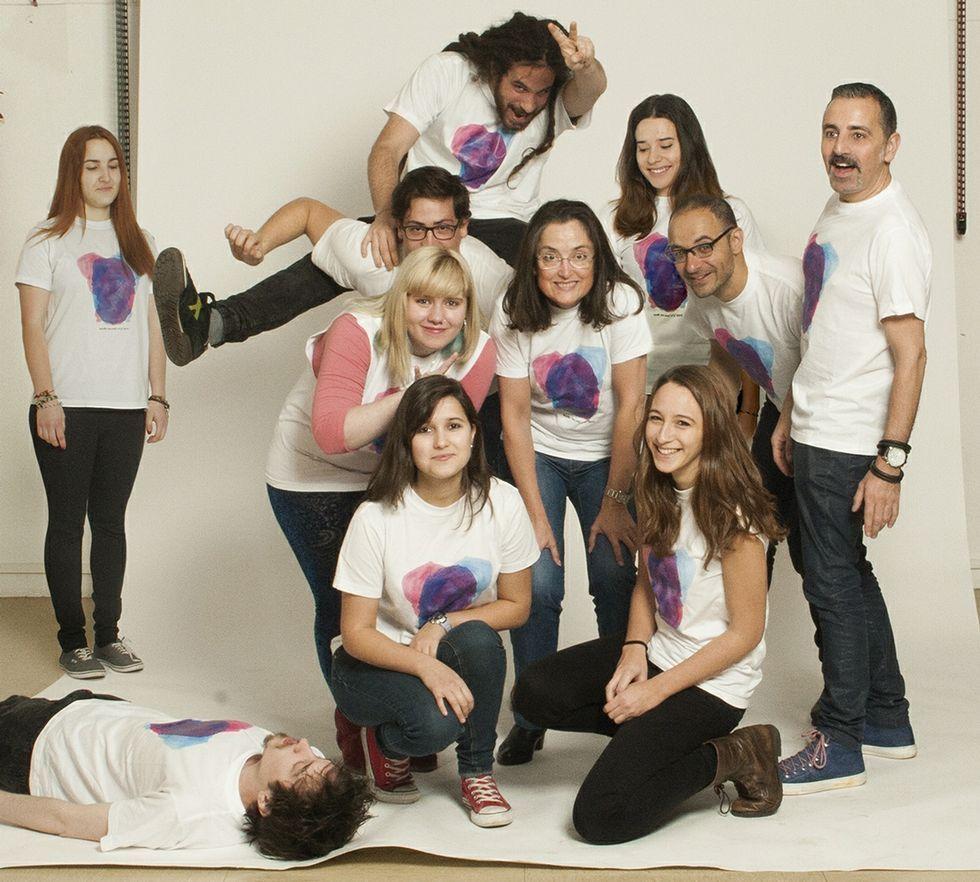 Estudiantes y profesores posan con las camisetas que diseñaron para presentar la revista