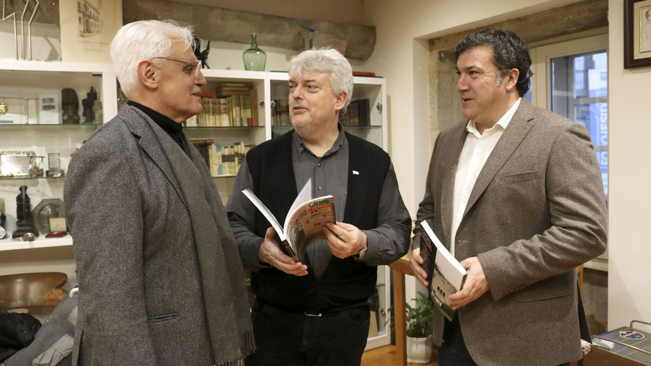 REDEIRAS DE LORBÉ.Carlos Babío, en el centro, durante un acto de presentación de la obra de la que es coautor