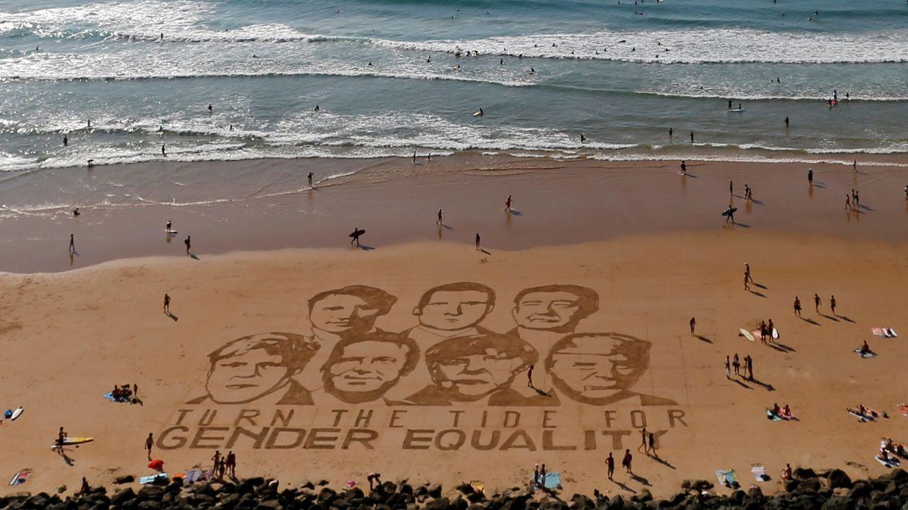 Mensaje en la playa. El artista francés Sam Dougados dibujó los rostros de Boris Johnson, Justin Trudeau, Giuseppe Conte, Emmanuel Macron, Angela Merkel, Shinzo Abe y Donald Trump junto al mensaje «Que cambie la marea por la igualdad de género» en la playa de la Côte des Basques