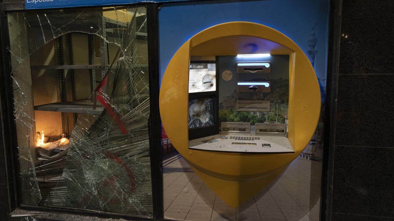 El cristal destrozado de una oficina bancaria