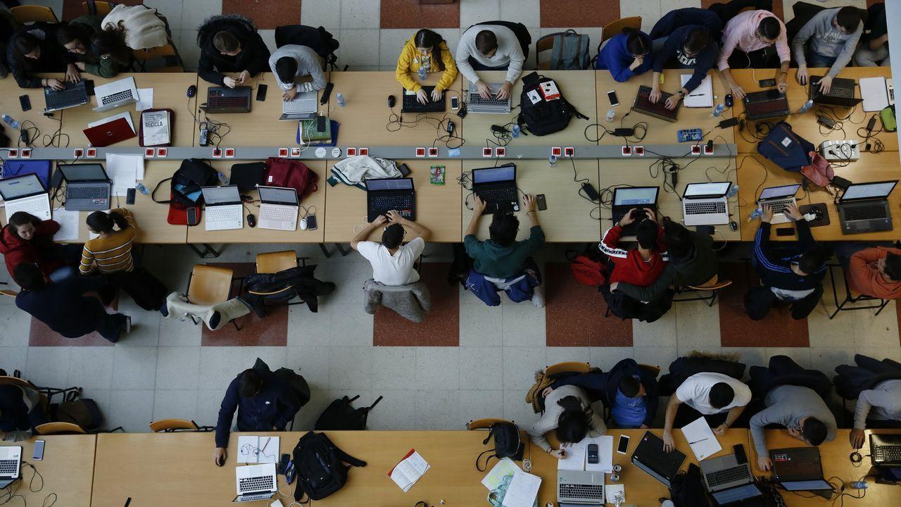 Alumnos y profesores de Enfermería están realizando las pruebas en la facultad de Esteiro en la que se imparte el grado