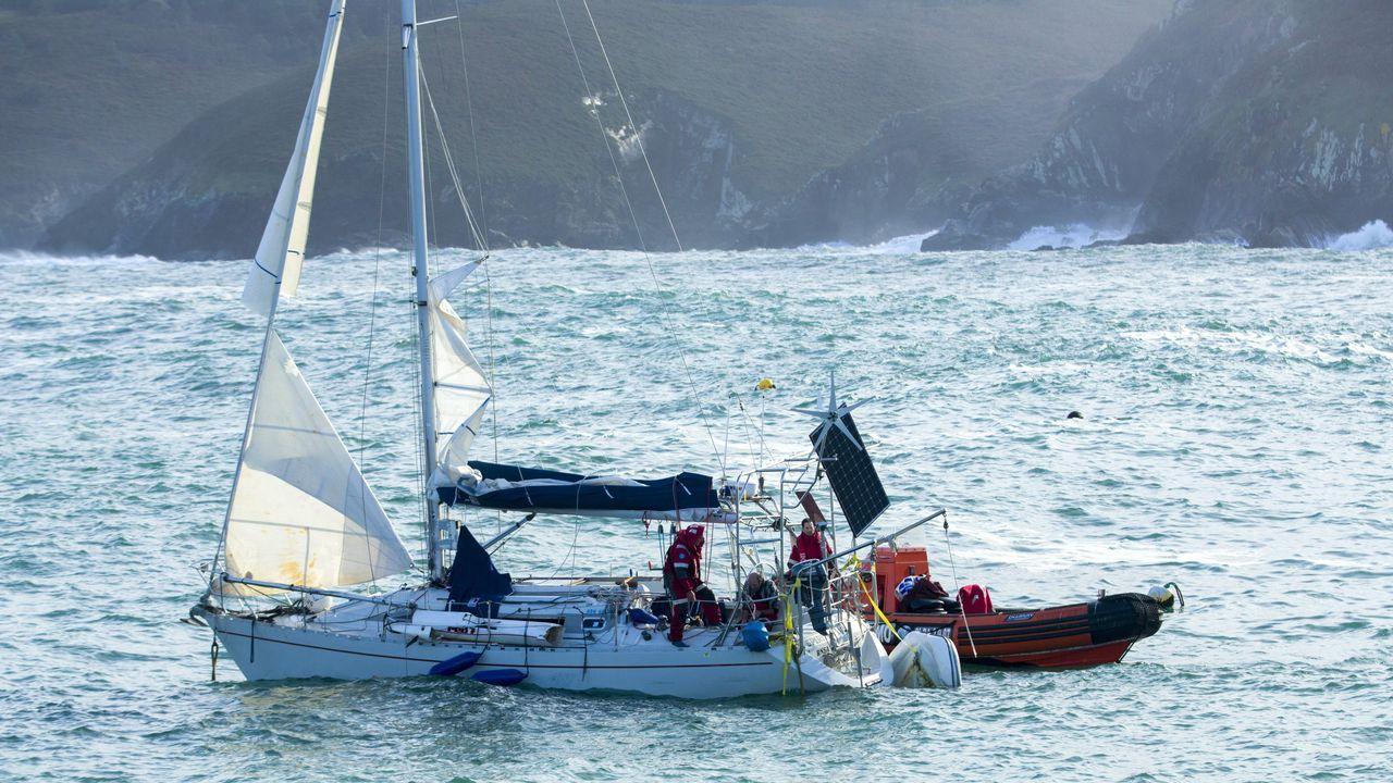 El velero fue remolcado a Malpica