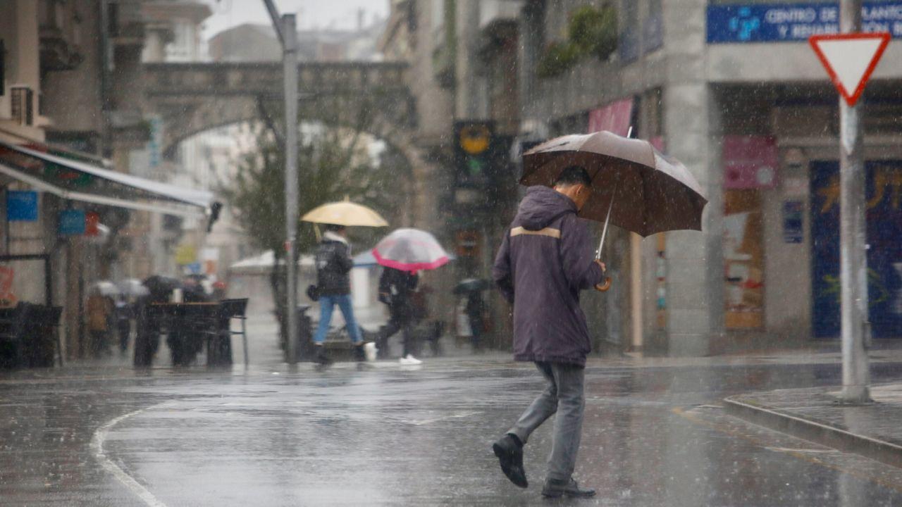 Lluvia de paraguas en A Coruña.Alud en la ruta del Cares