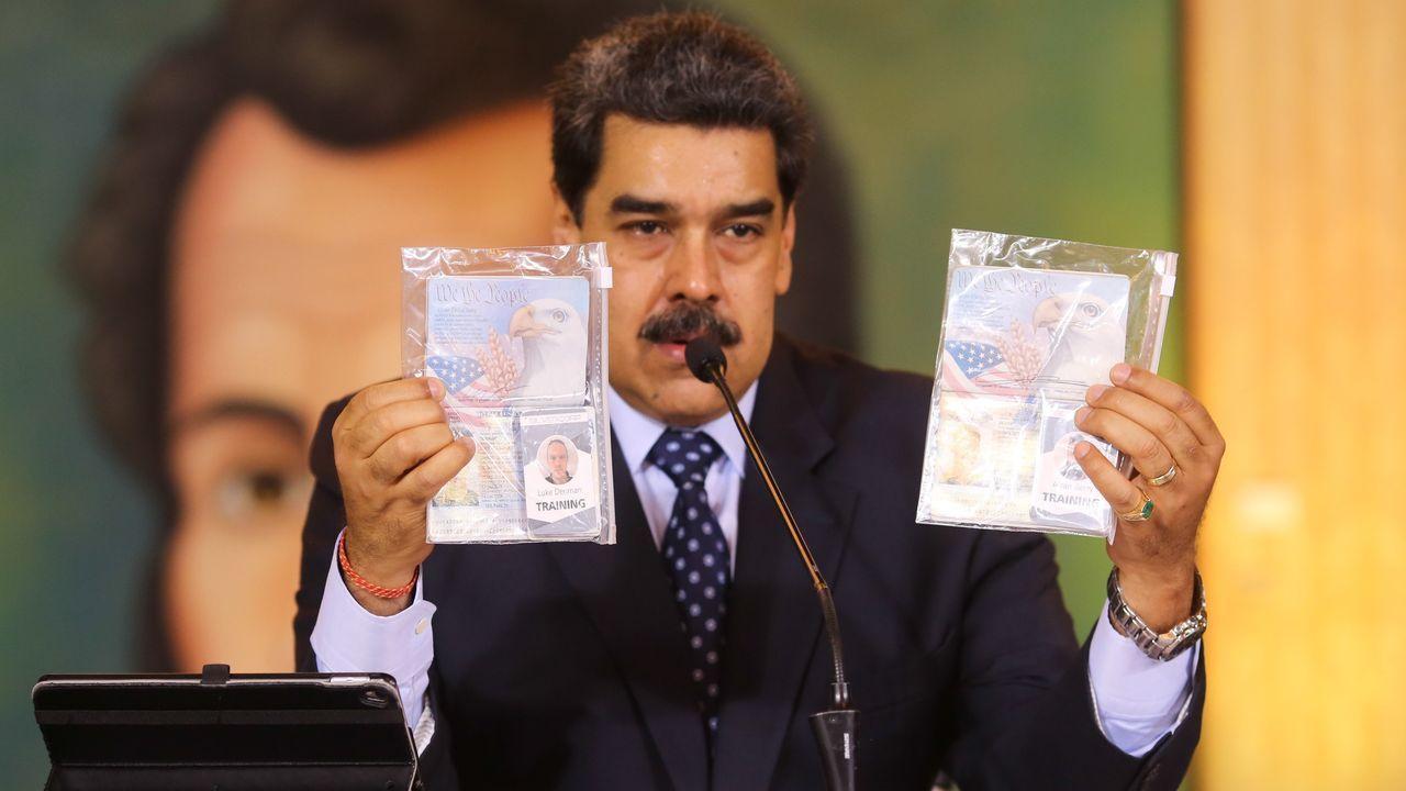 Maduro con los pasaportes de los dos mercenarios estadounidenses detenidos