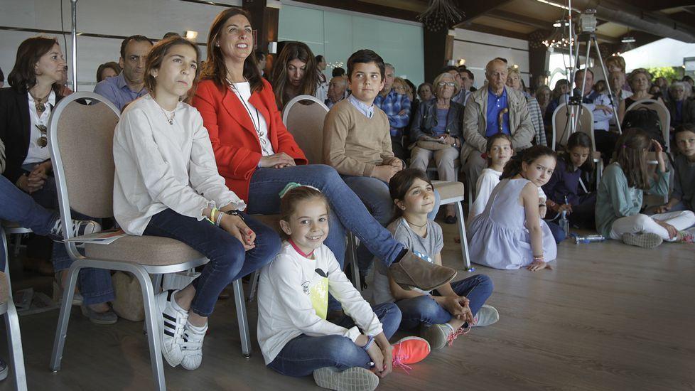 Mítin del PP de Oleiros con Tristana Moraleja, respaldada por un grupo de niños