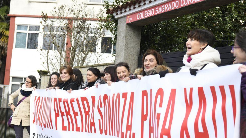 Protesta con cascos en Sarria .Padres del Frei Luis de Granada con sus hijos ayer, en las inmediaciones del centro