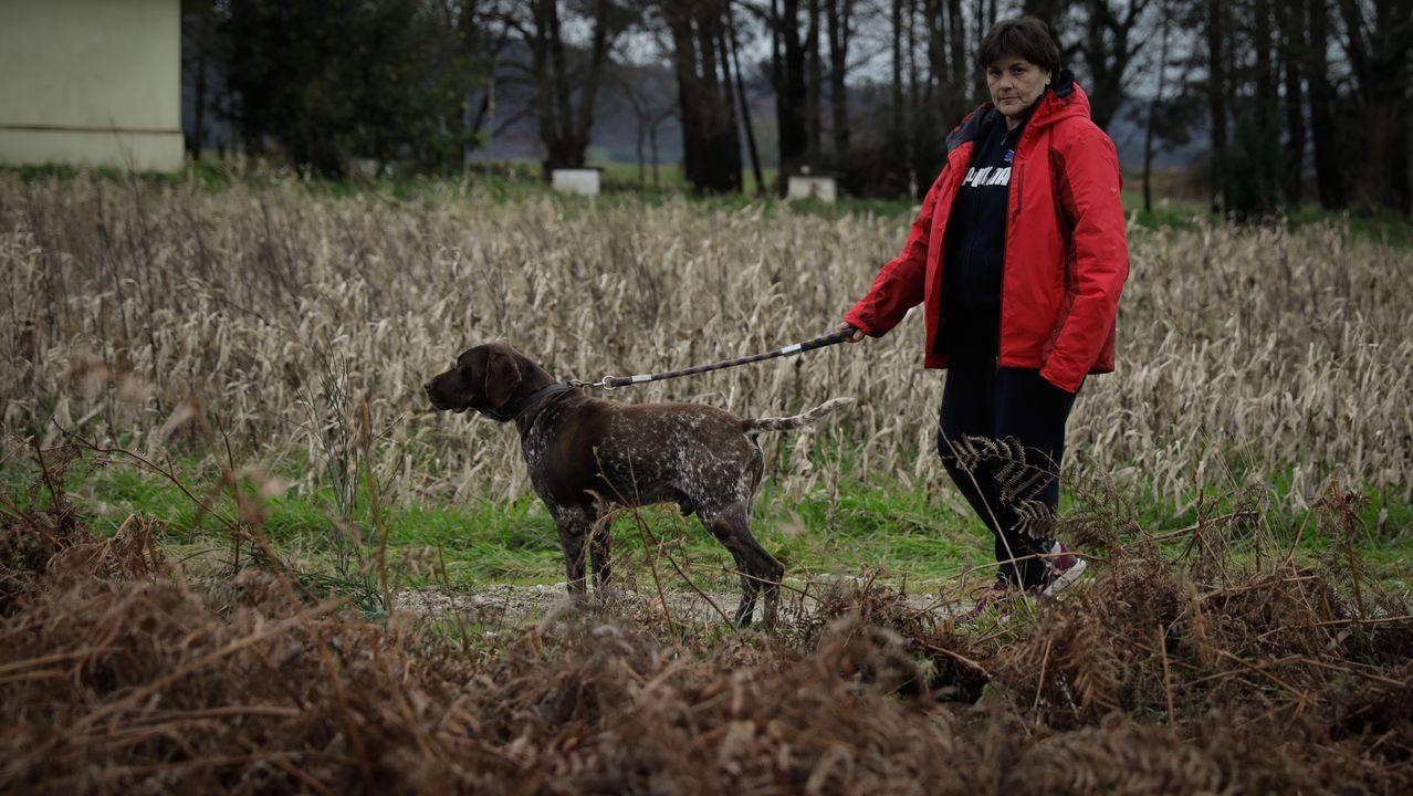 Ángeles Barreiro posa con uno de sus perros