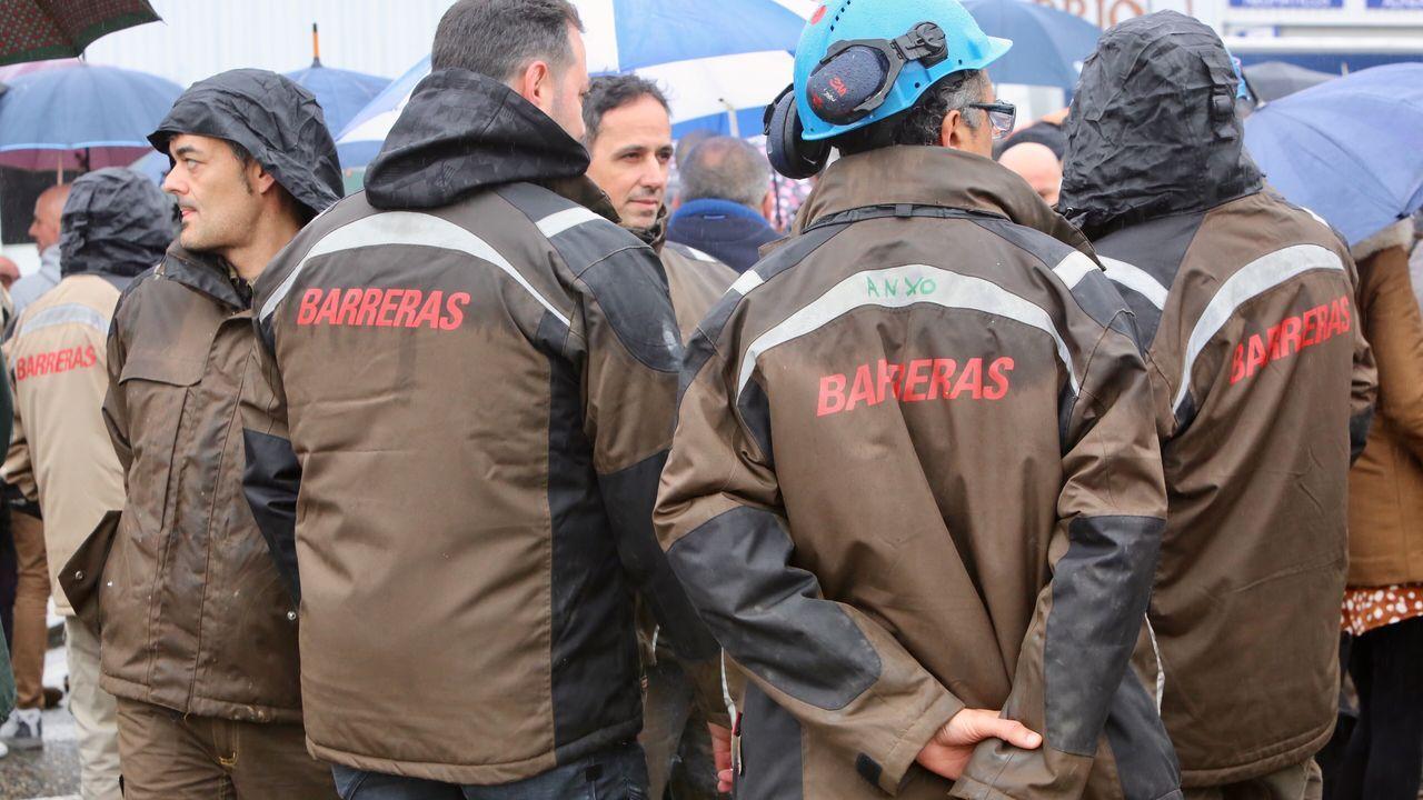 Los trabajadores de Barreras cortan el tráfico en Vigo para pedir soluciones para el astillero.La fábrica de ENCE en Navia