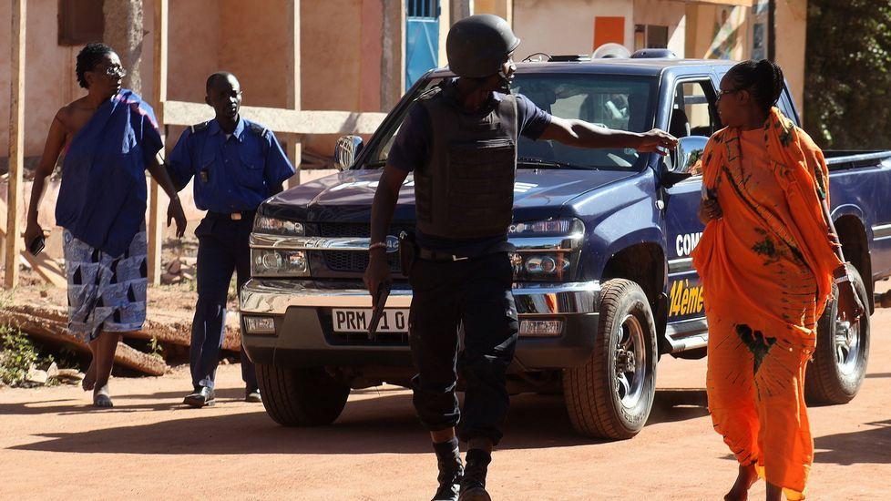 Traslado de rehenes liberados del hotel de Mali
