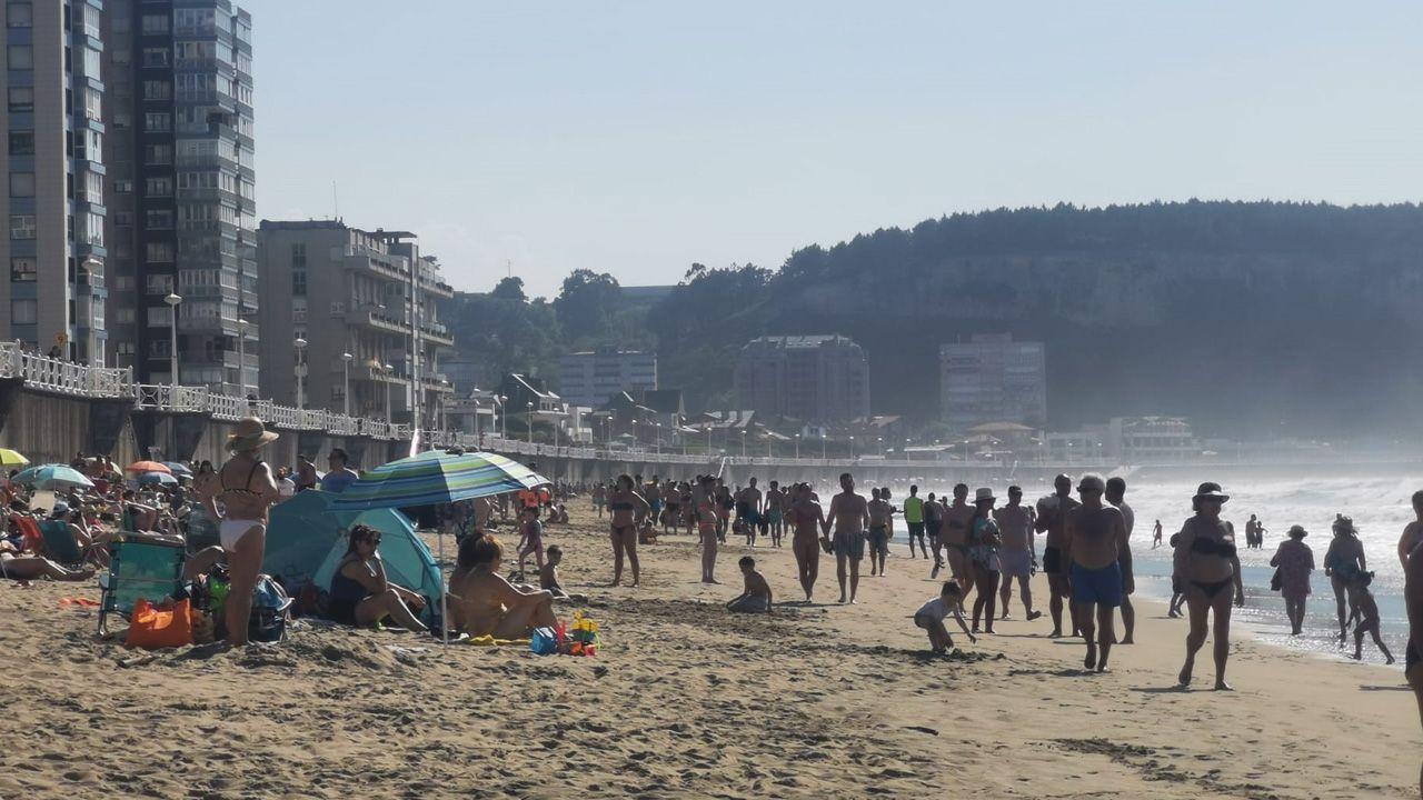 Gente en la playa de Salinas