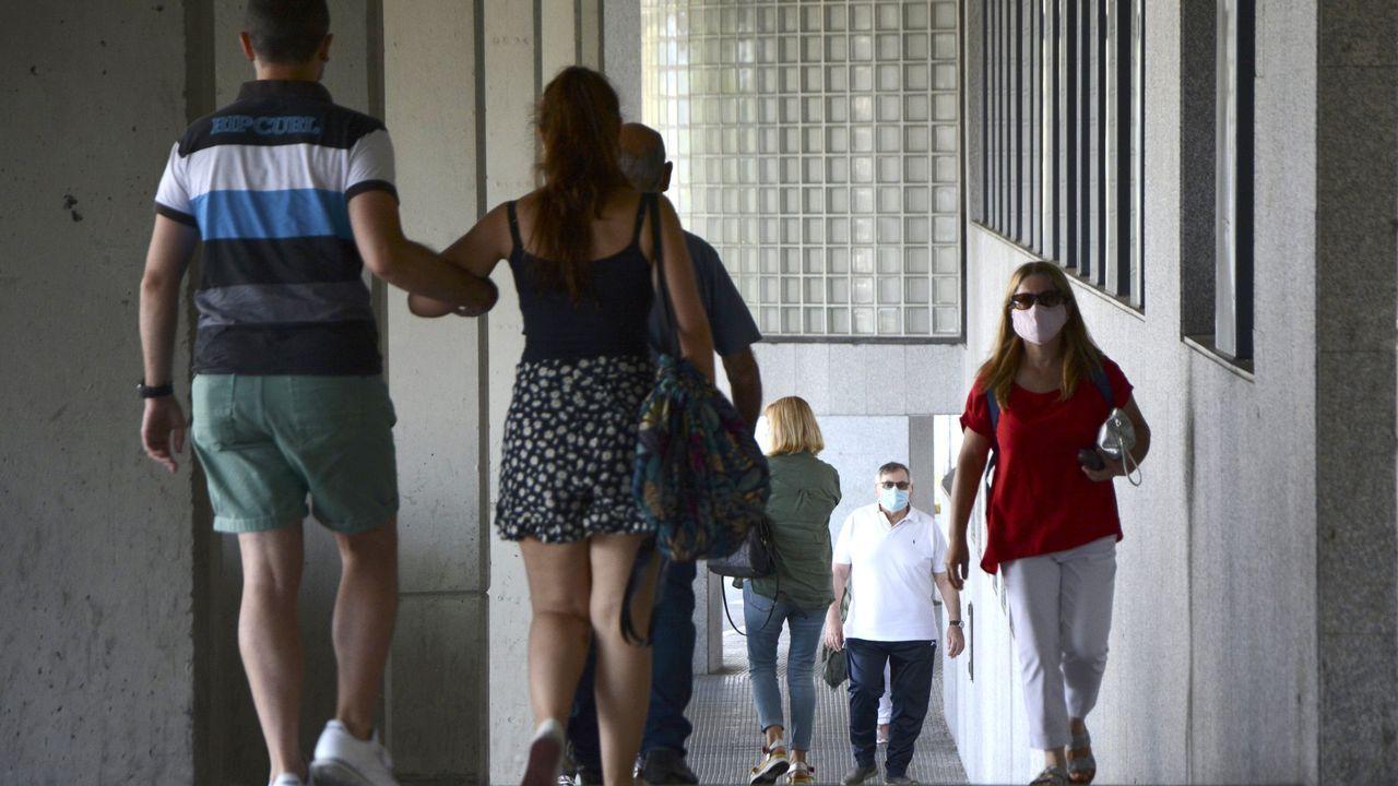 Poke by Art.Usuarios, con mascarillas, en la entrada del Hospital Montecelo, en Pontevedra, donde hay dos pacientes de coronavirus ingresados