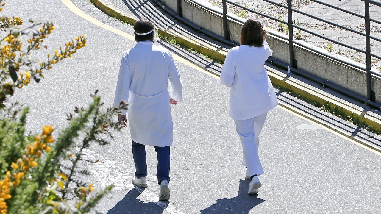 Personal sanitario en el hospital Montecelo, en Pontevedra