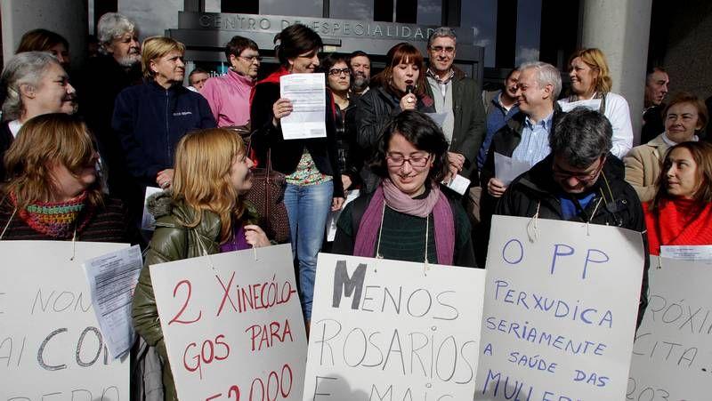 Protesta en A Coruña contra la supresión de uno de los centros de orientación familiar.Guillerme Vázquez junto a Montse Prado; al fondo, Carlos Aymerich.