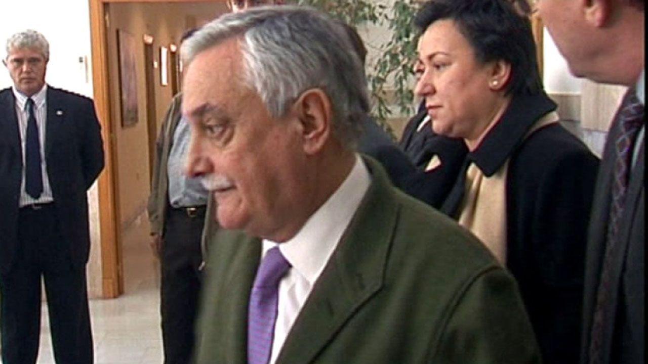 Os Blancos aprueba entre reproches el trasvase de servicios a la Diputación.Luis Vicente Moro, en primer término