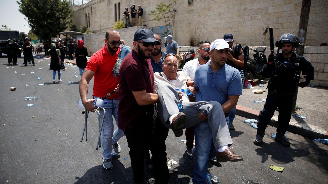 Un grupo de palestinos trasladan a un hombre mayor durante las protestas