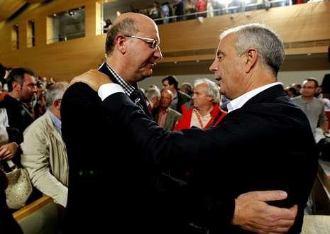El alcalde de Ourense, Agustín Fernández, saluda a Pachi Vázquez en un mitin en O Carballiño.