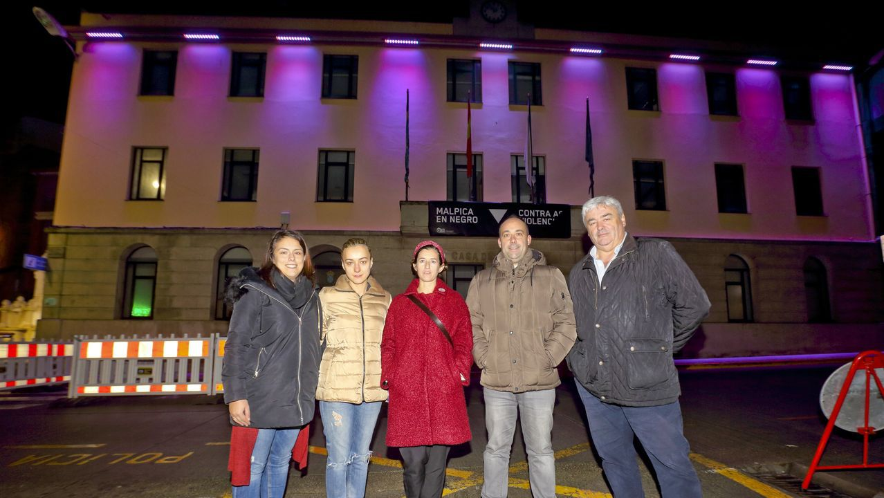 El Concello de Malpica, iluminado de violeta con motivo del Día internacional contra la violencia de género