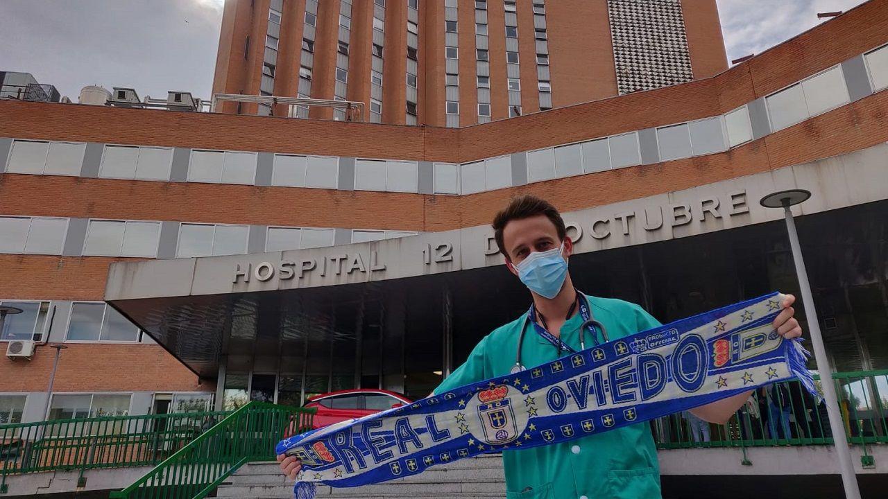 Miguel Solís, médico en el 12 de Octubre, delante del hospital