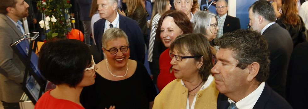 El concello de Ribadumia homenajea a Elida Abal.La polaca Marta Stanek, con Lucía y Marcos, los niños a los que ha cuidado en Cabanas durante casi tres semanas