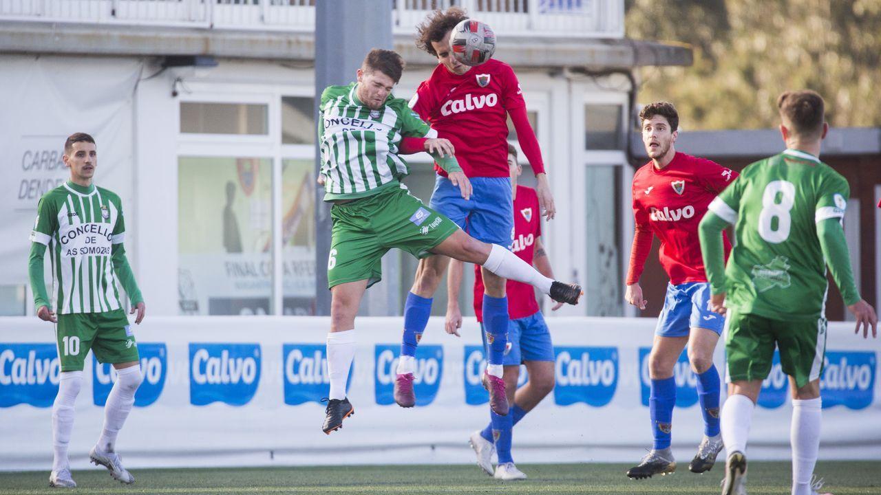 Carlos, del Bergantiños, salta para cabecear el balón, en el duelo de este domingo en As Eiroas frente al Somozas