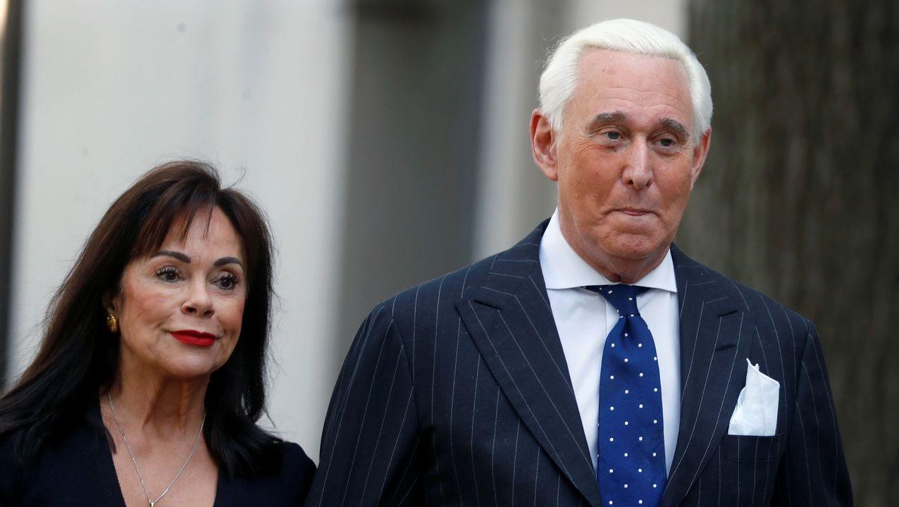 Roger Stone, ex asesor de campaña de Trump, llega con su esposa Nydia al tribunal