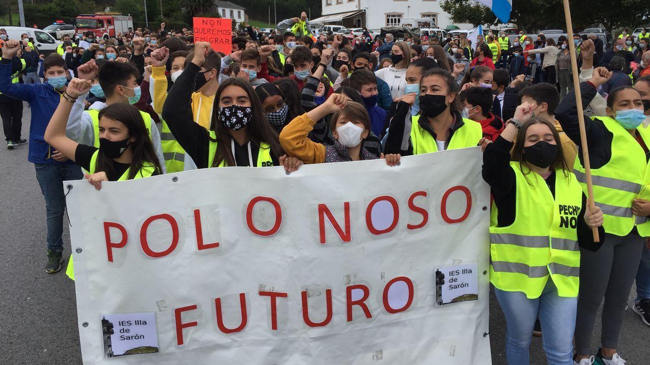 La marcha estudiantil avanza hacia la fábrica