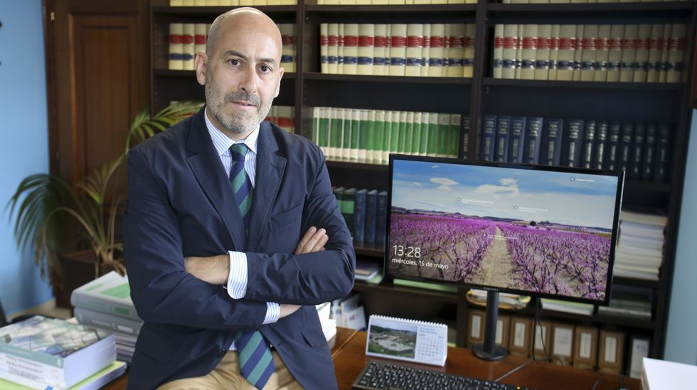 Alejandro Antelo es secretario municipal en Neda, una faceta práctica que suma a la académica