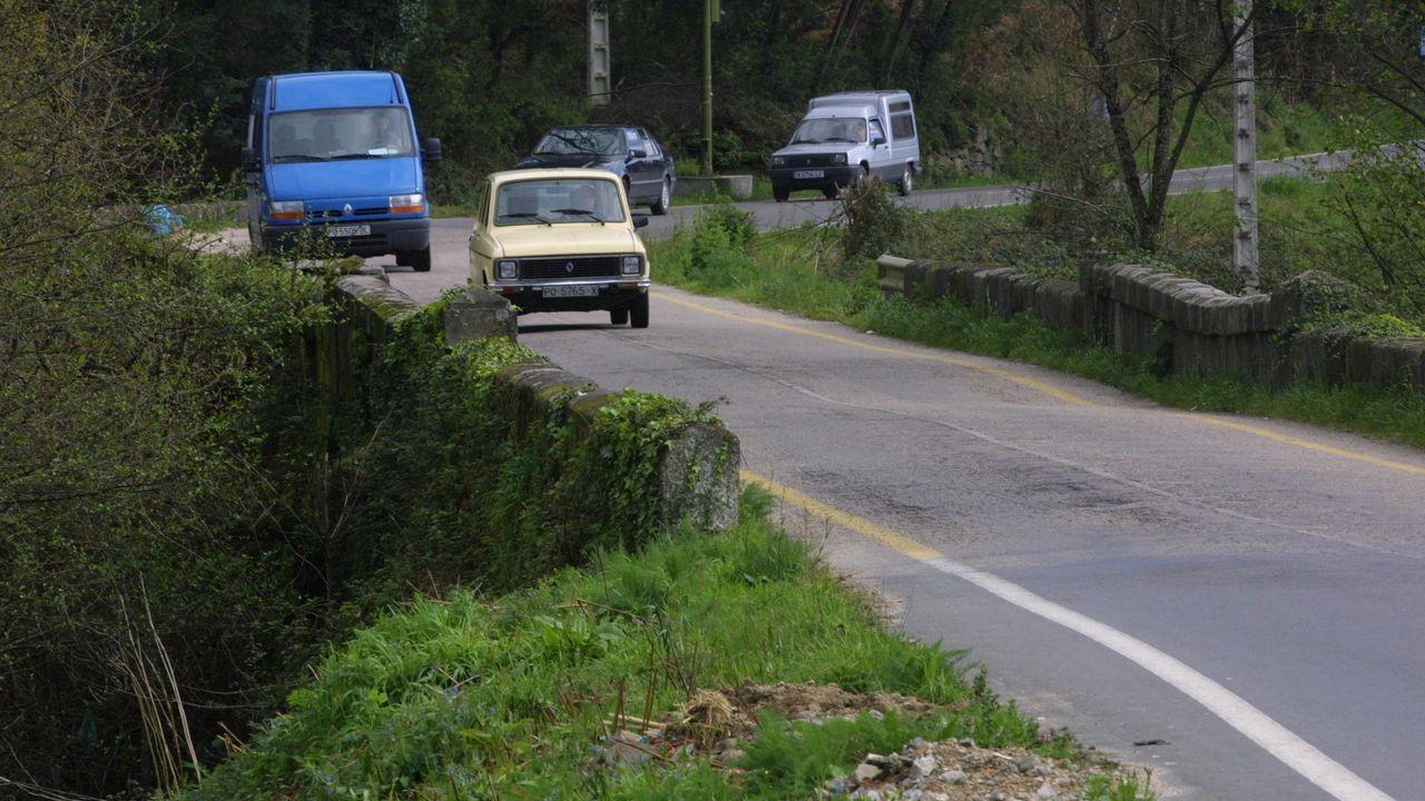 Operarios de la Diputación trabajando en una carretera de Folgoso do Courel