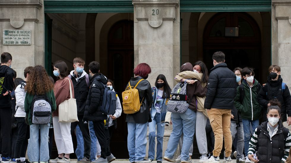 Nervios, mascarilla y distancia en la selectividad gallega.Alumnos a la puerta del IES Eusebio da Guarda, en A Coruña