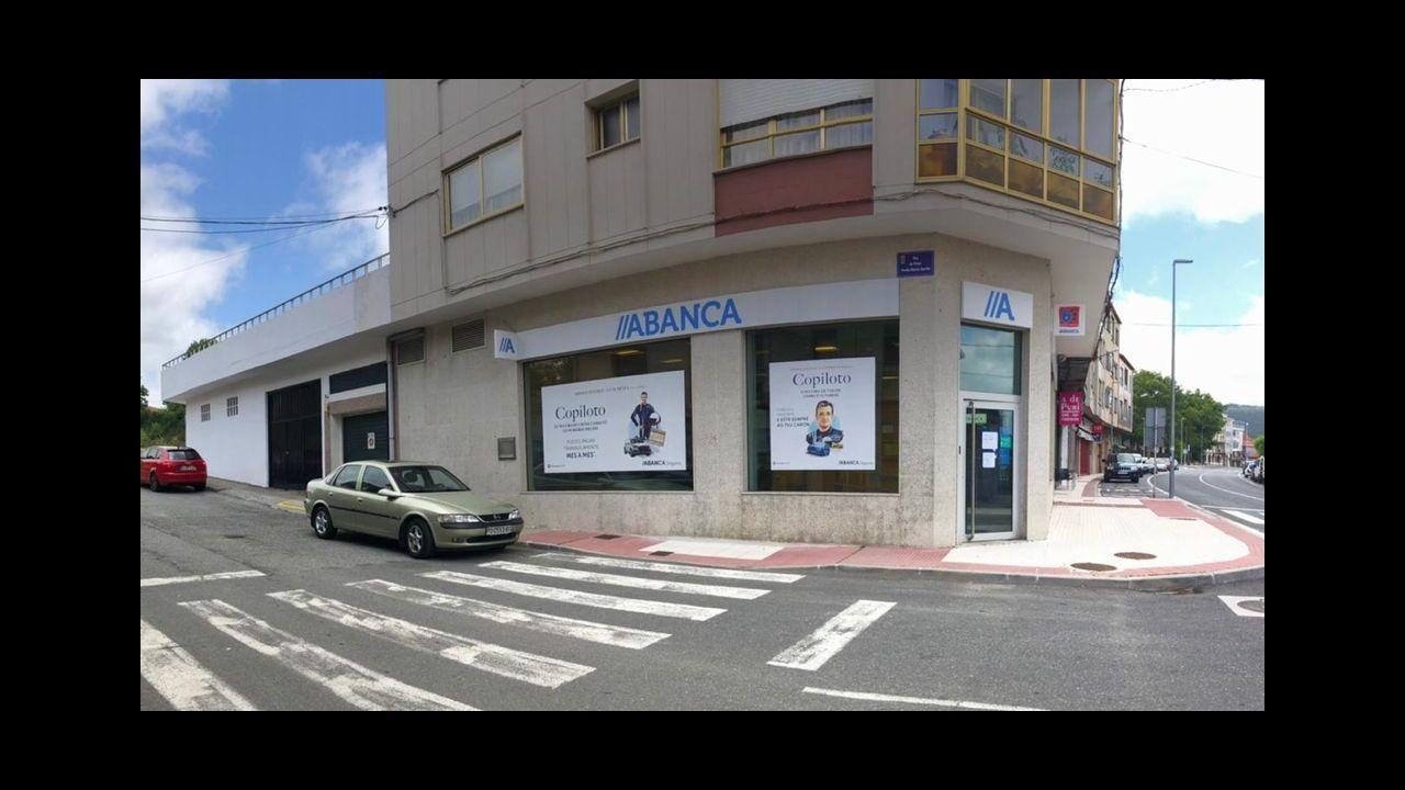 Un cartel anuncia ya las viviendas, para las que todavía no hay fecha, en la avenida Atlántida.