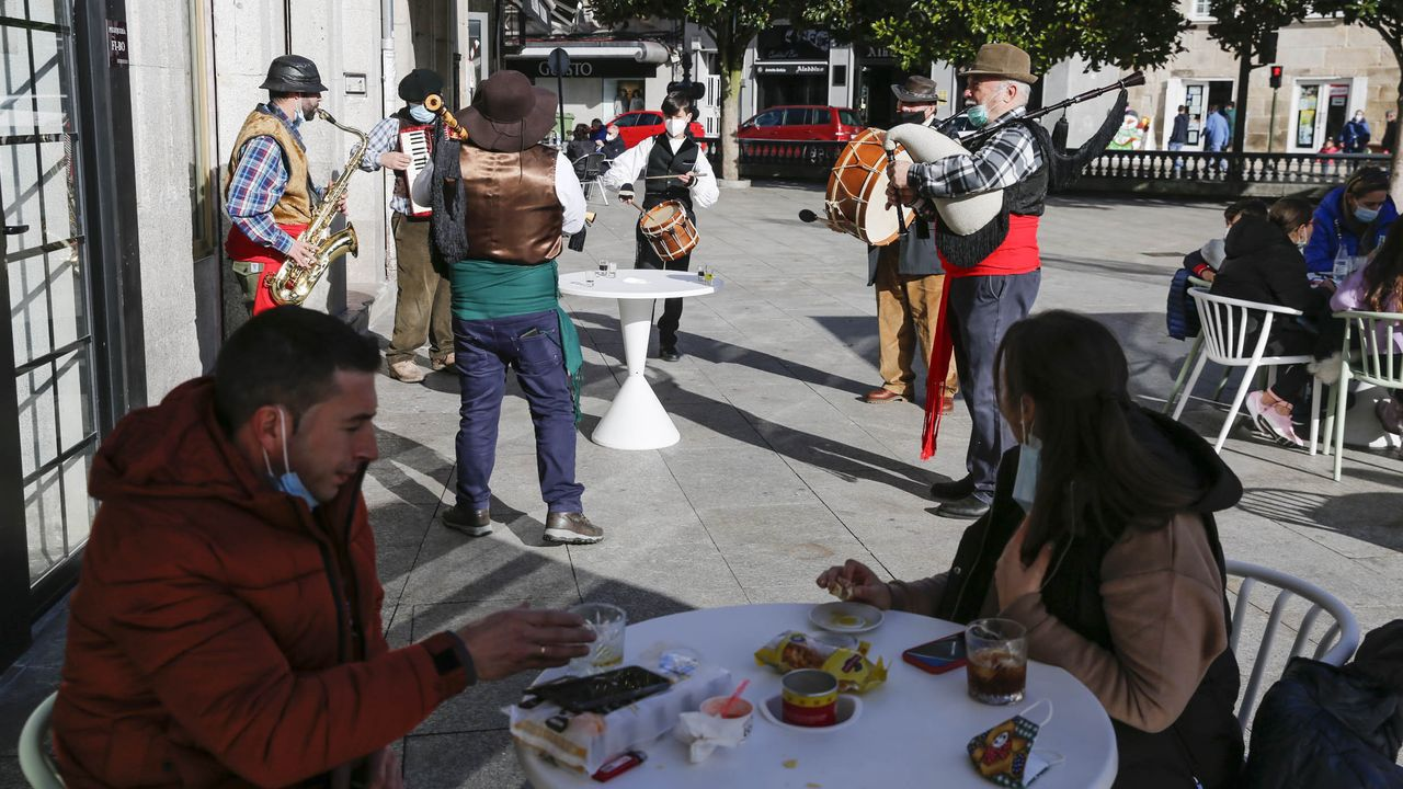 Los limianos salieron a disfrutar de la mañana del sábado una vez levantadas las restricciones más fuertes. Una charanga con gaitas y otros instrumentos animó las calles del centro